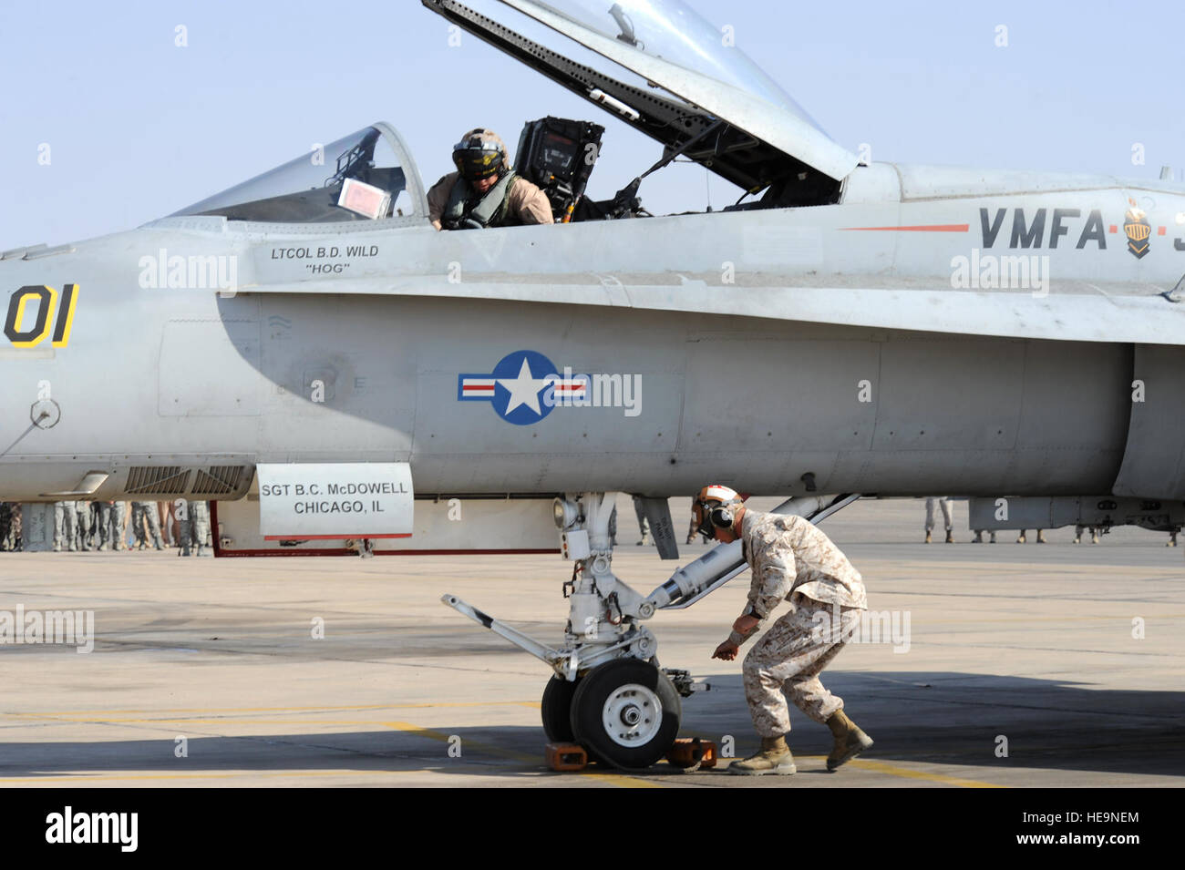 Members assigned to Marine Fighter Attack Squadron 314 at Marine Corps Air Station Miramar, Calif., rush to prepare - Stock Image