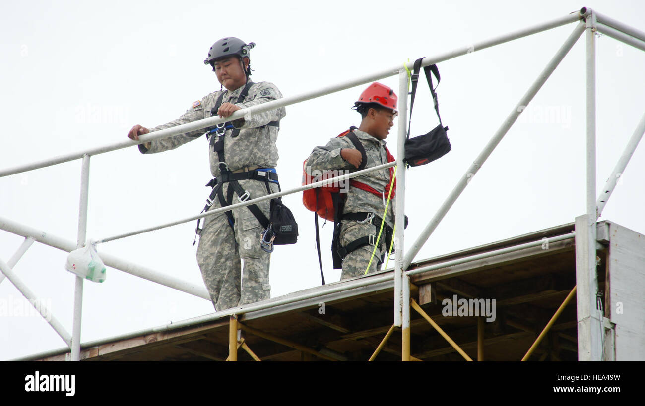 Staff Sgt. Cory Ito and Staff Sgt. Jim Evangelista of the Hawaii Army National Guard, prepare for the last phase - Stock Image