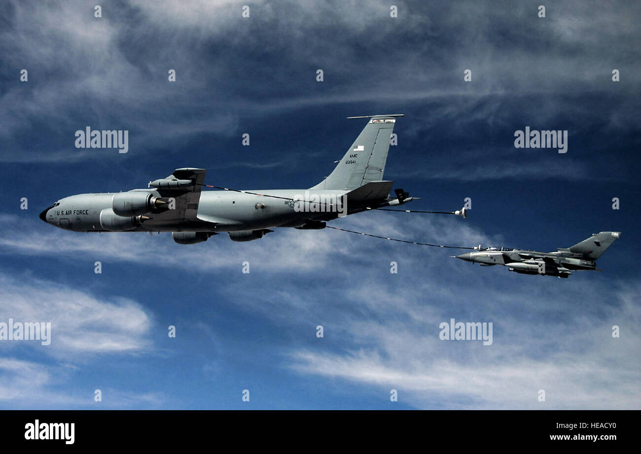 A KC-135 Stratotanker refuels a Royal Air Force GR-4 Tornado over Iraq using the multi-point refueling systems. - Stock Image