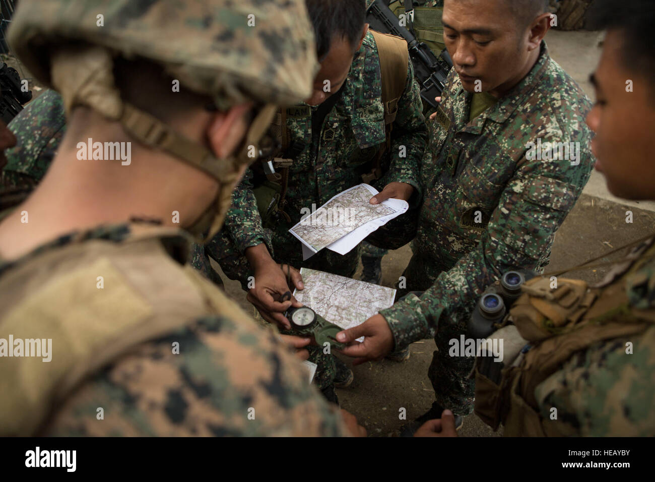 Us Marine Sgt Joshua Barnes Explains Map Reading Techniques To - Us-army-map-reading