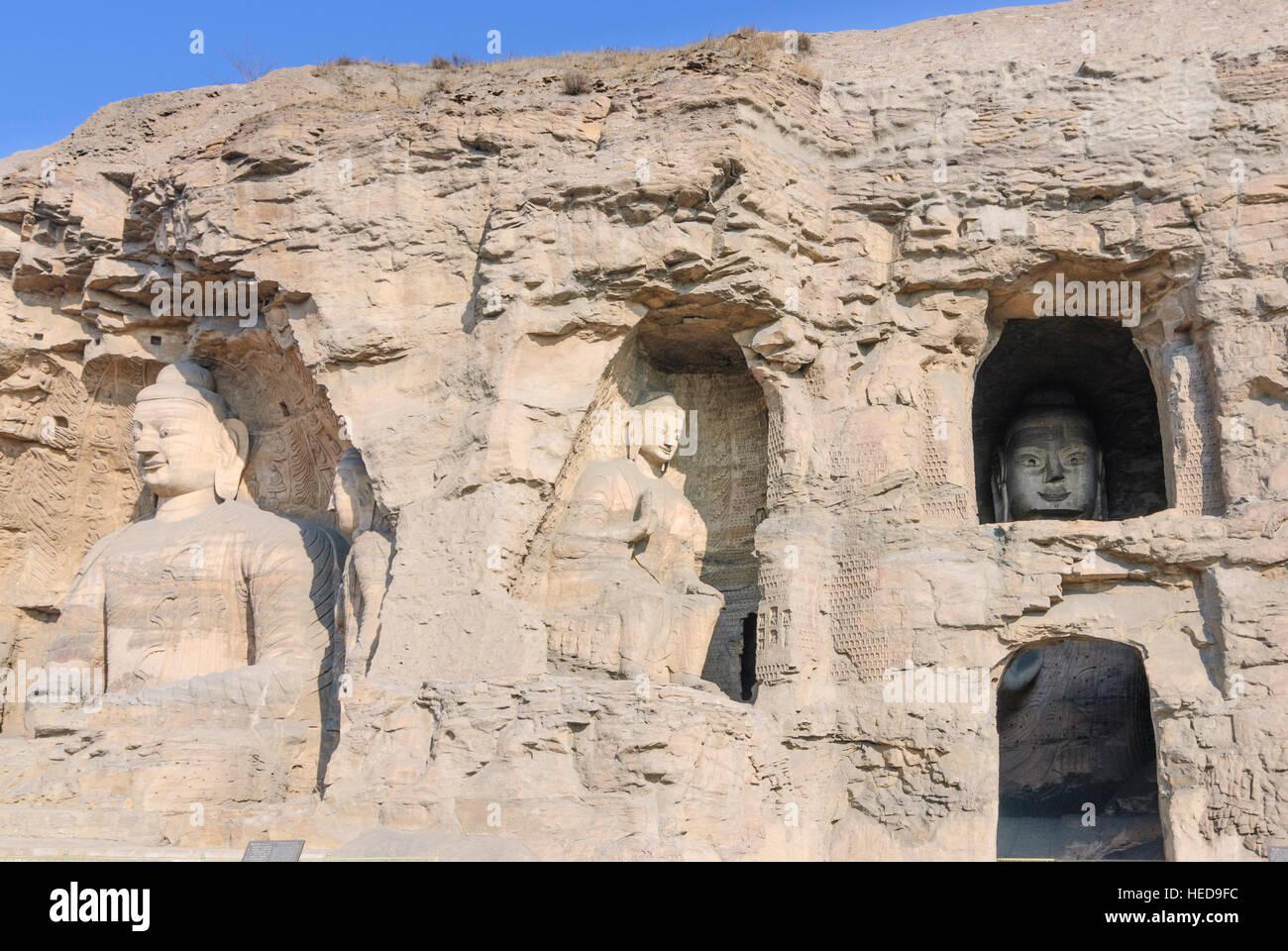 Datong: Yungang Caves; Cavities 19 and 20; 14m high sitting Sakyamuni Buddha (left) in cave 20, Shanxi, China - Stock Image