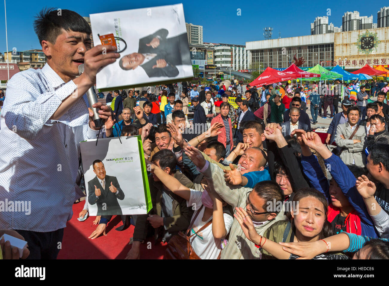 Chinese trader selling at public auction, Nanmen Square, Yinchuan, Ningxia, China Stock Photo