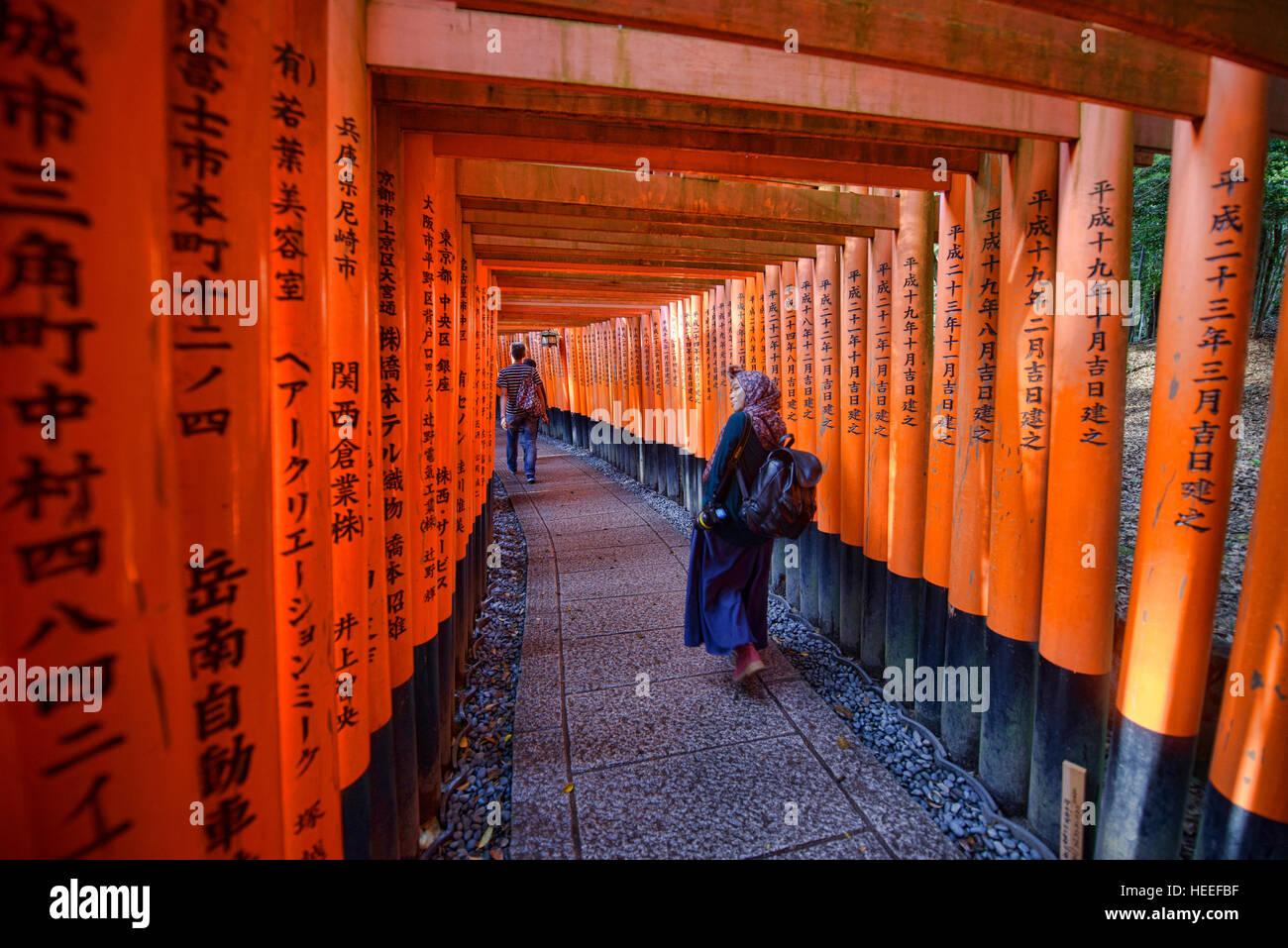 Endless torii shrine gates at Fushimi Inari Shrine, Kyoto, Japan - Stock Image