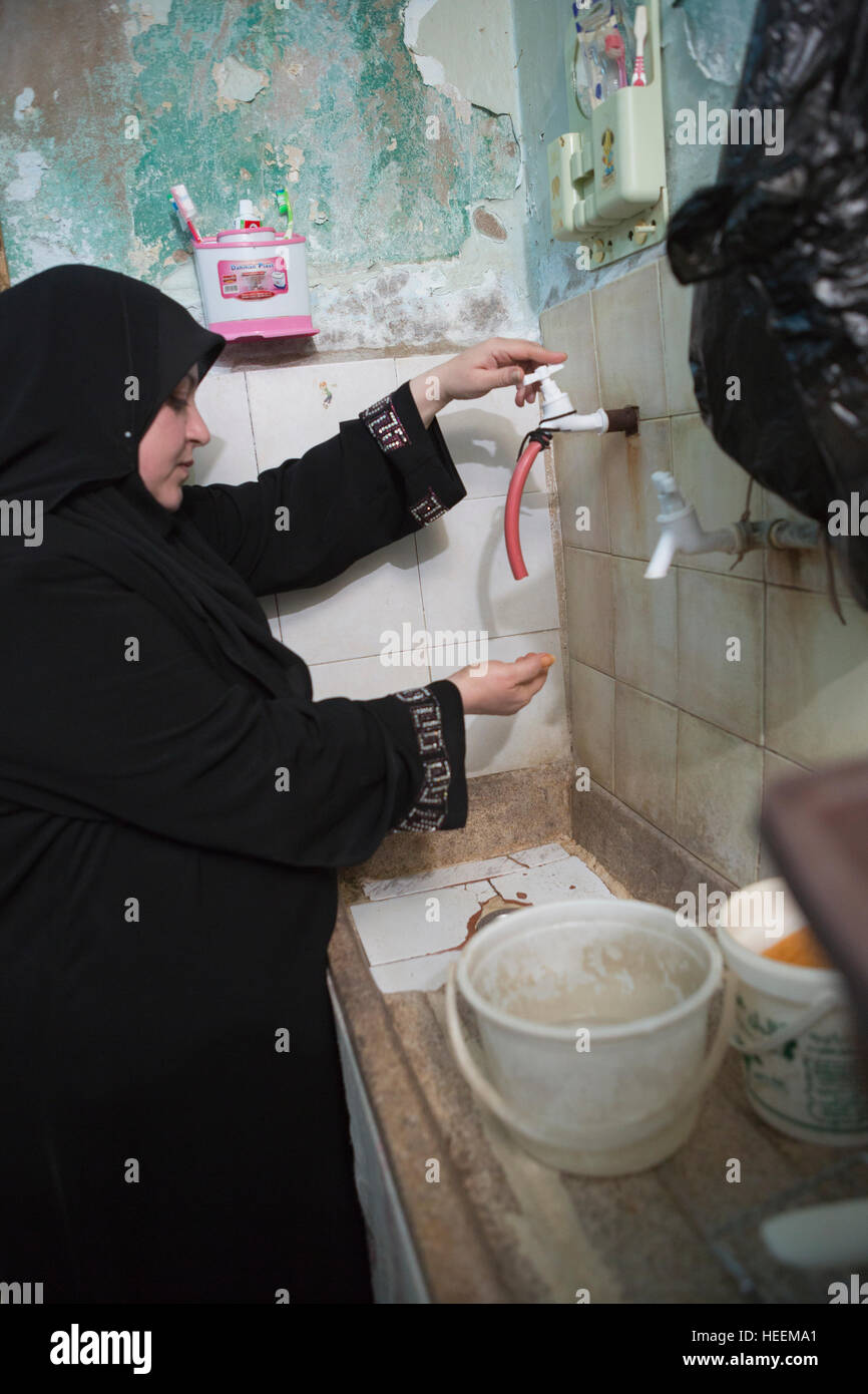 Families struggle with water shortages in the city of Zarqa, Jordan. - Stock Image