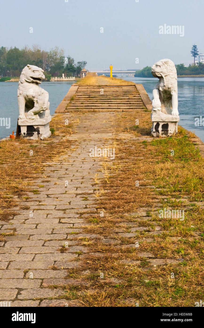 Lion statue on the towpath of ancient Baodai Bridge on the Grand Canal, Suzhou, Jiangsu Province, China - Stock Image