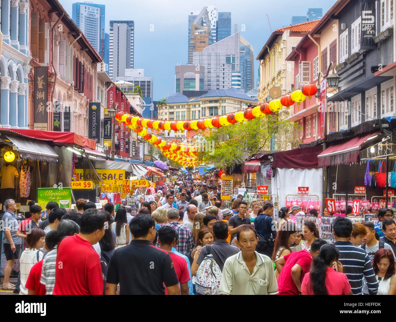 Street stalls and shop houses in Chinatown, Singapore - Stock Image