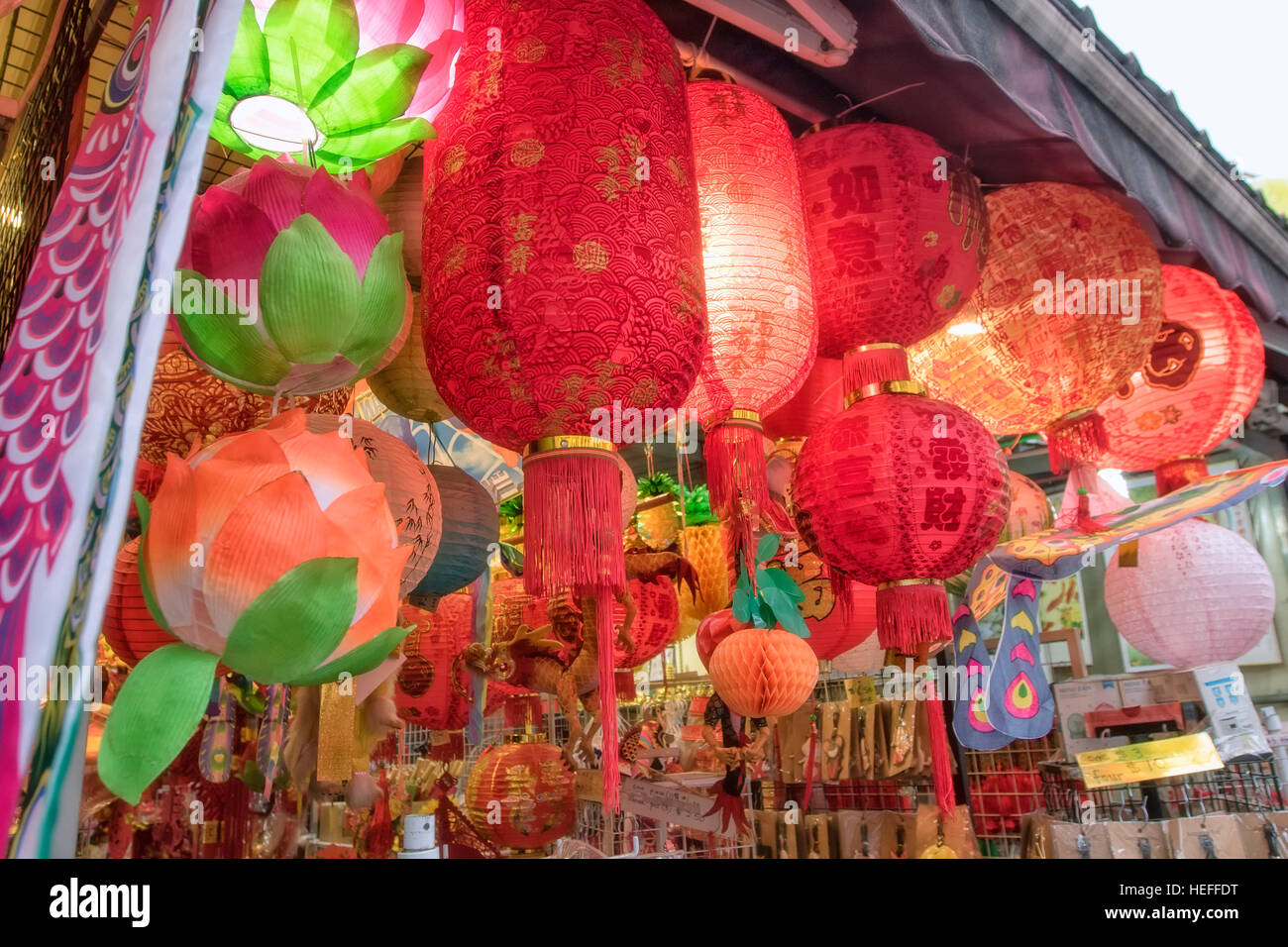 Chinese lantern and shop houses in Chinatown, Singapore - Stock Image