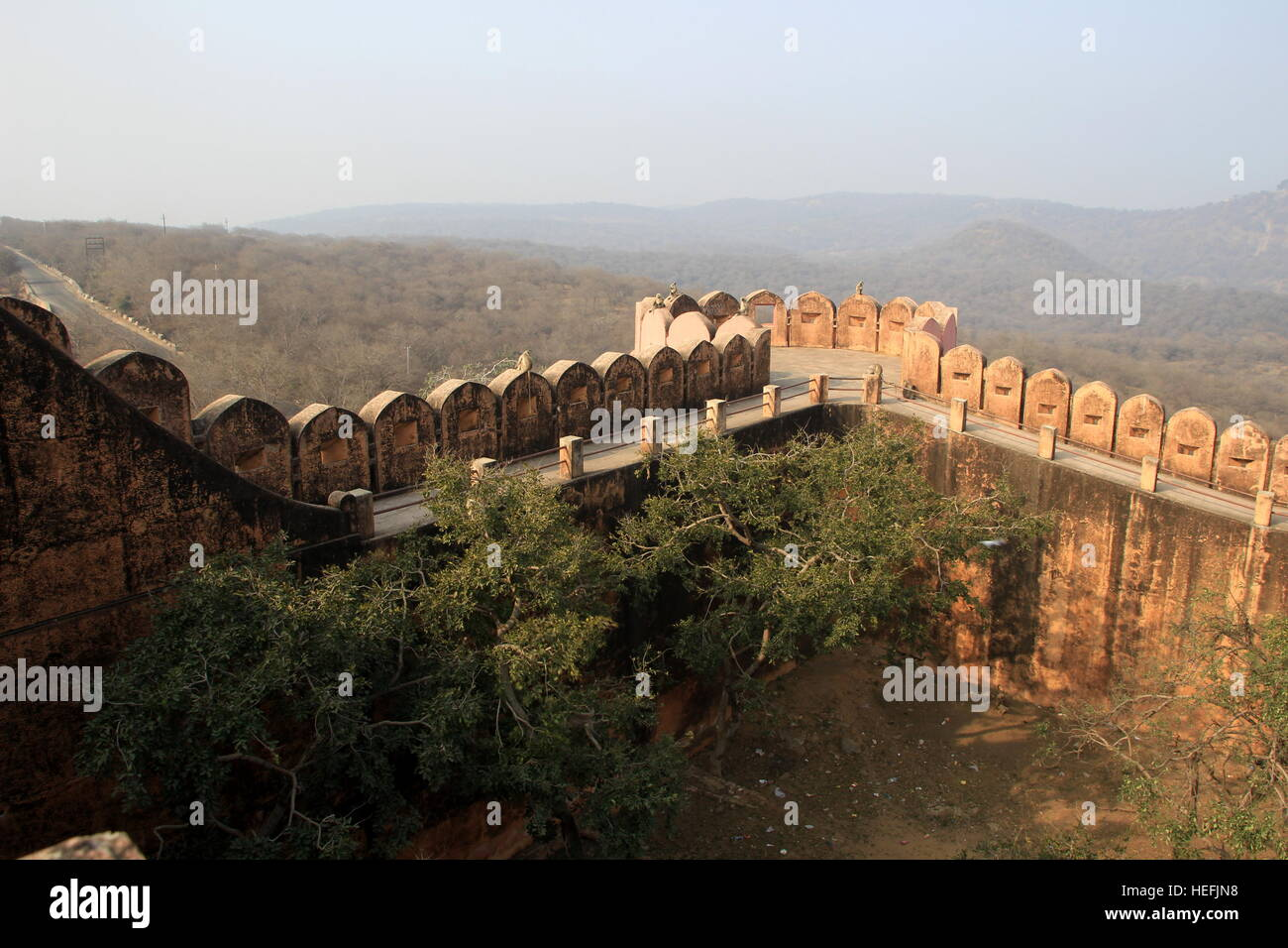 Parapet and walkway along the edge of fort at Jaigarh Palace, Jaipur, Rajasthan, India, Asia - Stock Image