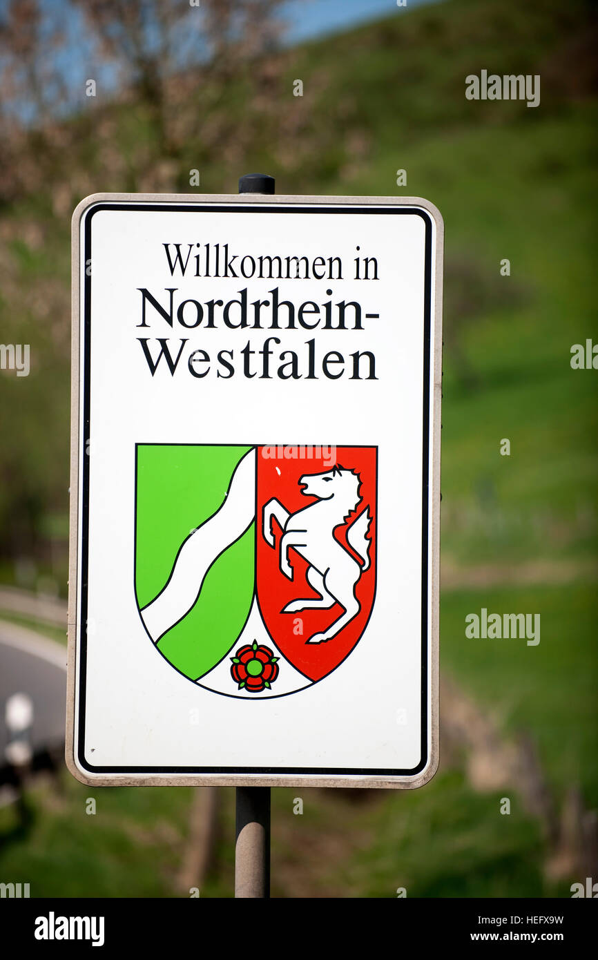 Deutschland, Nordrhein-Westfalen, Kreis Euskirchen, Dahlem, Schild Nordrhein- Westfalen - Stock Image