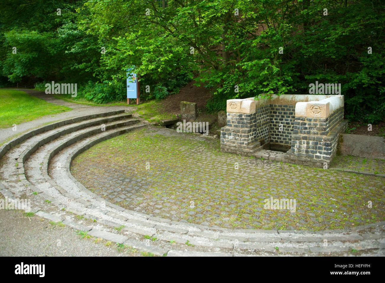 """Deutschland, Nordrhein-Westfalen, Kreis Euskirchen, Nettersheim, Quellfassung """"Grüner Pütz"""" im Urfttal. Hier beginnt die römische Eifelwasserleitung, Stock Photo"""