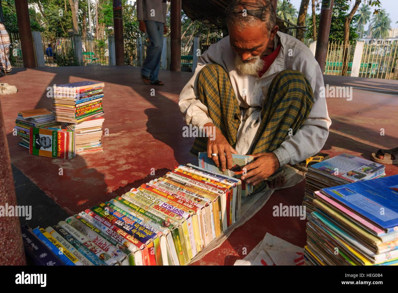 Khulna: Books with Bengali script, bookseller, Khulna Division, Bangladesh - Stock Image