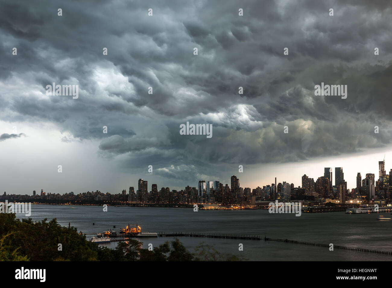 Ominous cumulonimbus clouds form over Manhattan and the Hudson River prior to a summer thunderstorm in New York - Stock Image