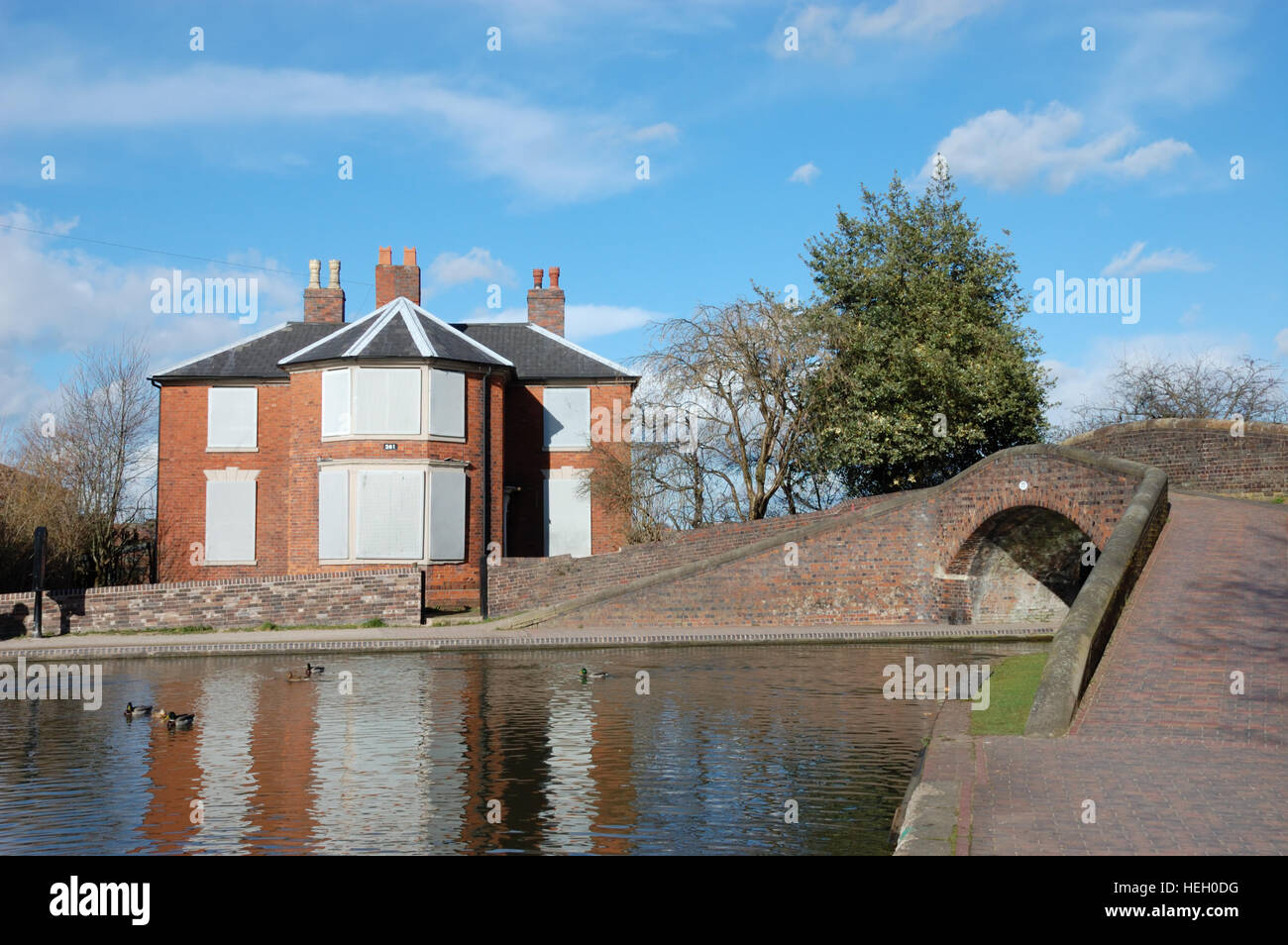 The boarded-up lock keepers cottage at Fazeley Junction. At the junction with the Coventry and Birmingham & Fazeley Stock Photo