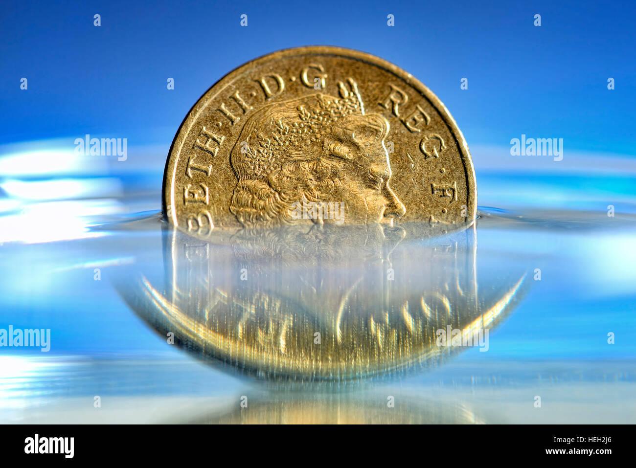 Britische Ein-Pfund-Muenze im Wasser, niedriger Pfund-Kurs Stock Photo