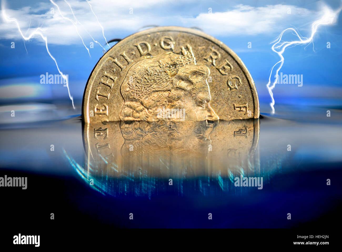 Britische Ein-Pfund-Muenze im Wasser, niedriger Pfund-Kurs - Stock Image