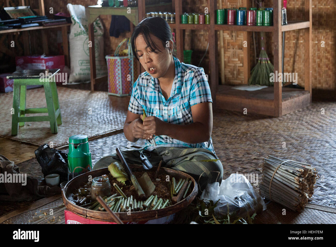 In a house of Lake Inle (Myanmar),a female cigarette manufacturer at work. Cigarière au travail (Lac Inlé - Stock Image
