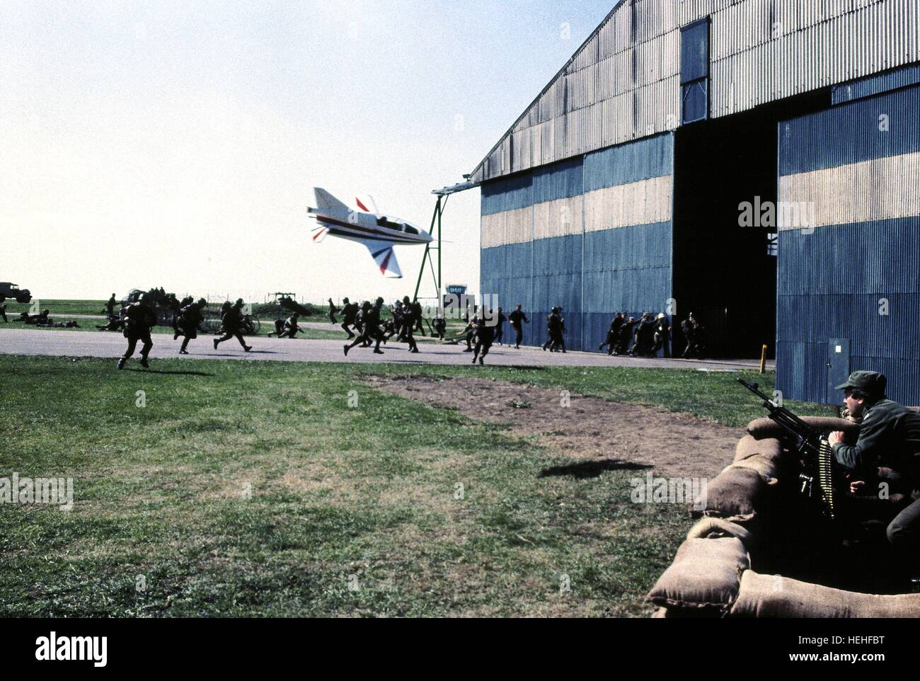 PLANE APPROACHES HANGER JAMES BOND: OCTOPUSSY (1983) - Stock Image