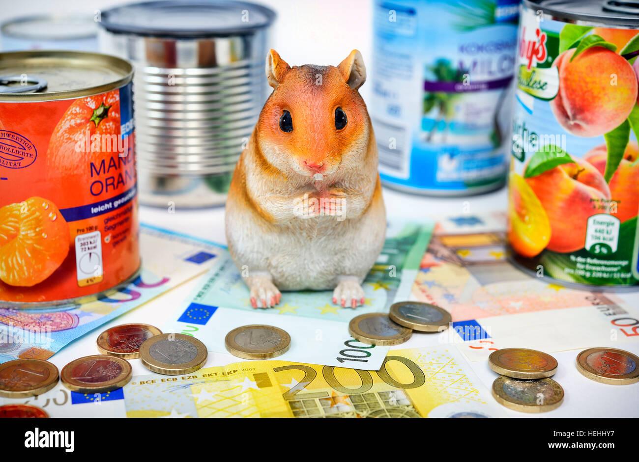 Hamsterfigur mit Konservendosen, Symbolfoto Hamsterkaeufe Stock Photo