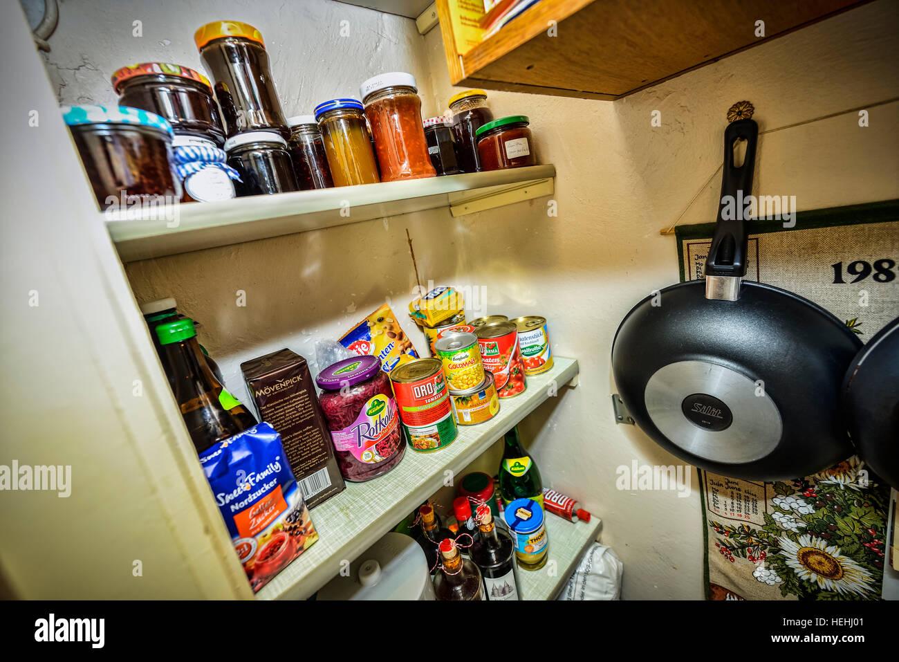 Speisekammer mit Konservendosen und Einmachglaesern Stock Photo