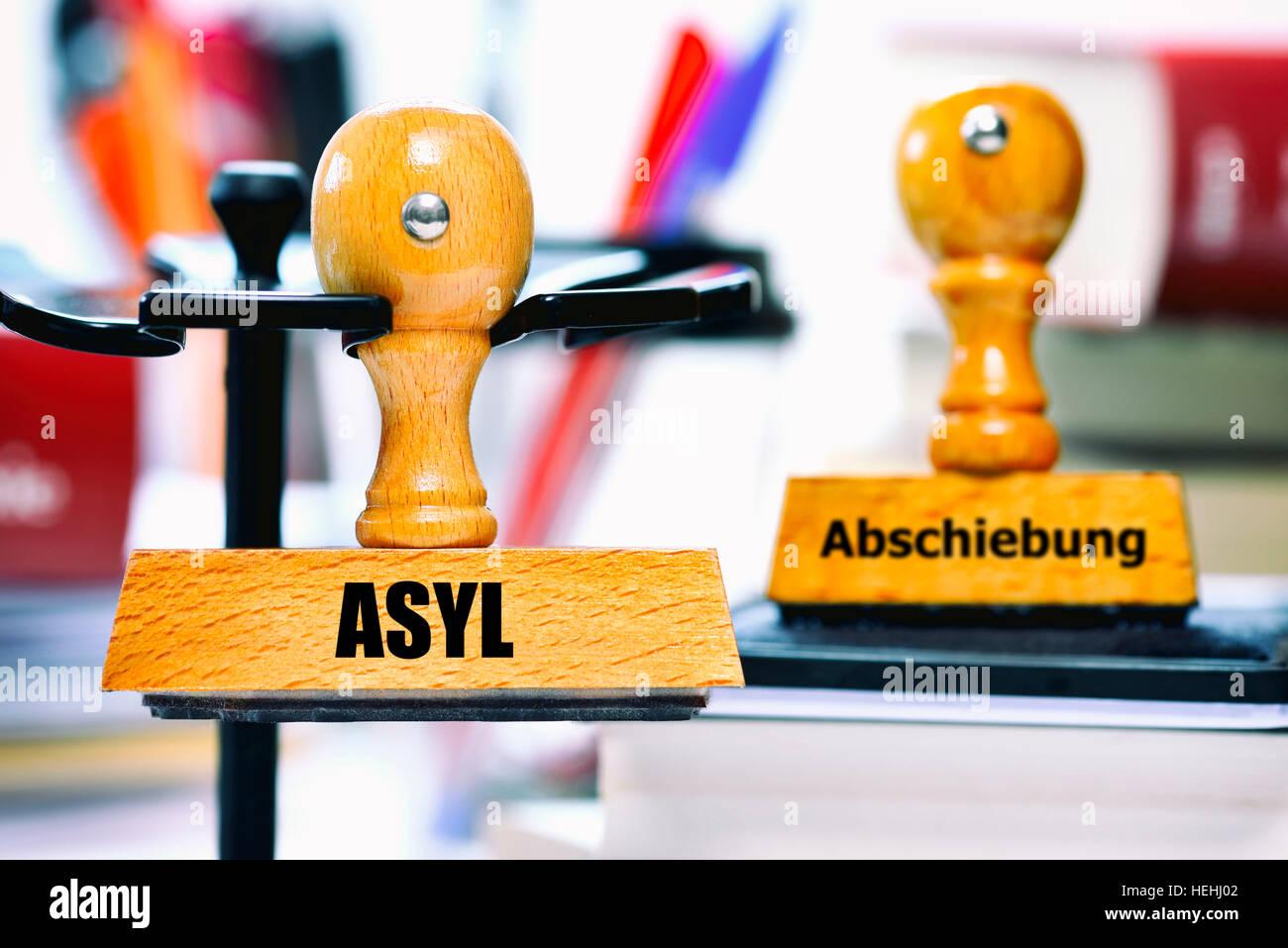 Stempel mit der Aufschrift Asyl und Abschiebung - Stock Image
