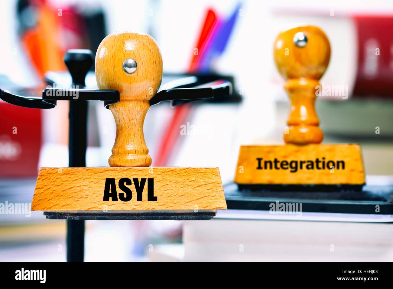 Stempel mit der Aufschrift Asyl und Integration - Stock Image
