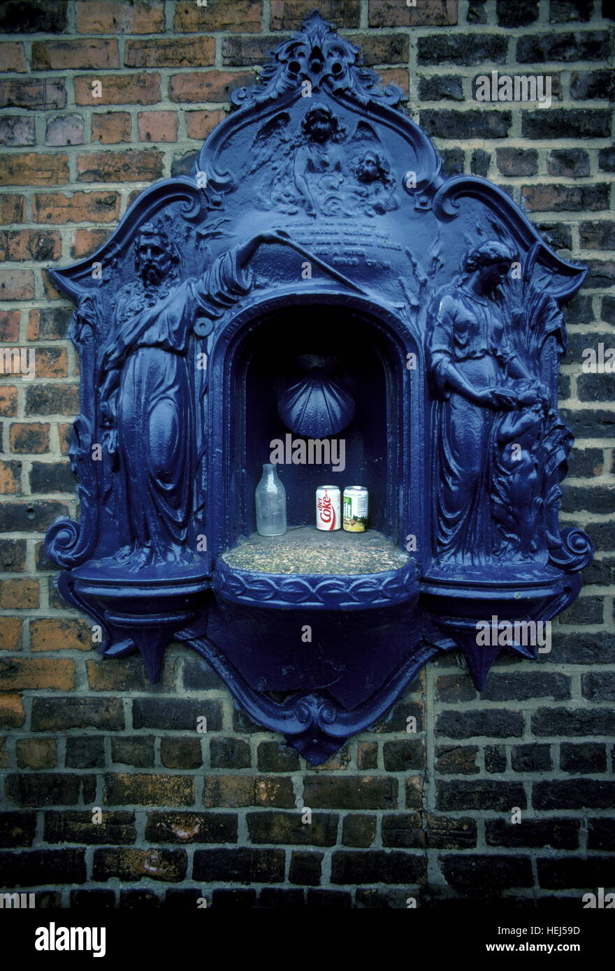 AJAXNETPHOTO. 1987. HEBBURN-ON-TYNE, ENGLAND. - DRINKING FOUNTAIN - VICTORIAN DRINKING FOUNTAIN AT ENTRANCE TO FORMER Stock Photo