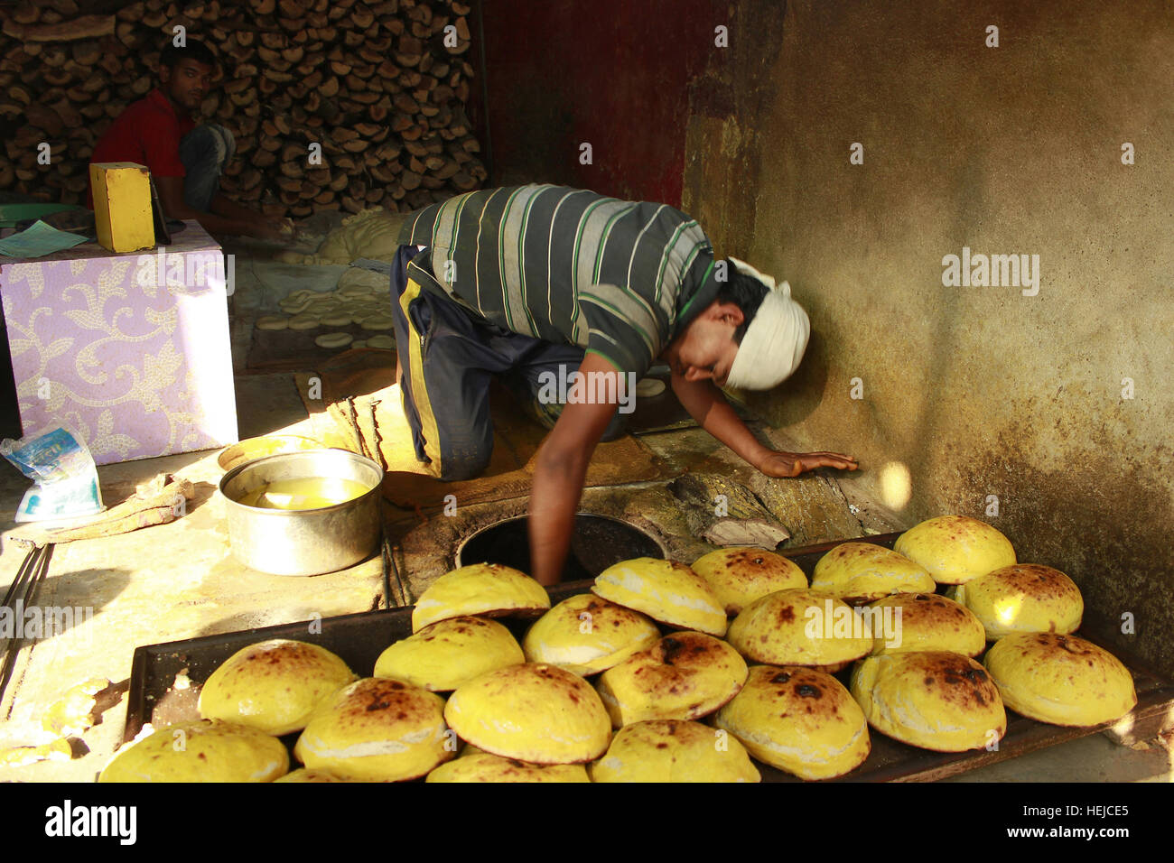 Making Naan in a restaurant, Aurangabad, India - Stock Image