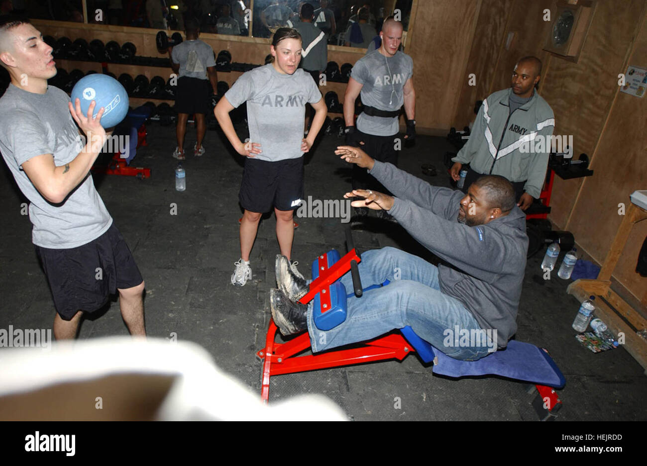 He played in the Super Bowl but out in Iraq, the Soldiers dictate the workout regime. Former NFL player Bryan Cox - Stock Image