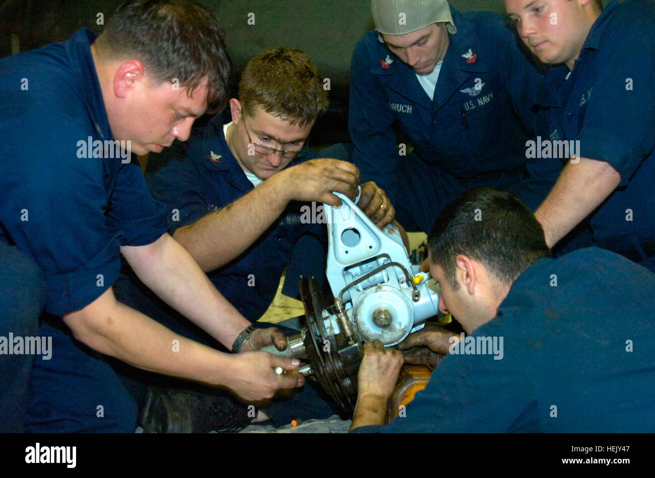 A team of Aviation Structural Mechanics with Helicopter Mine Countermeasures Squadron Fifteen, work together to Stock Photo