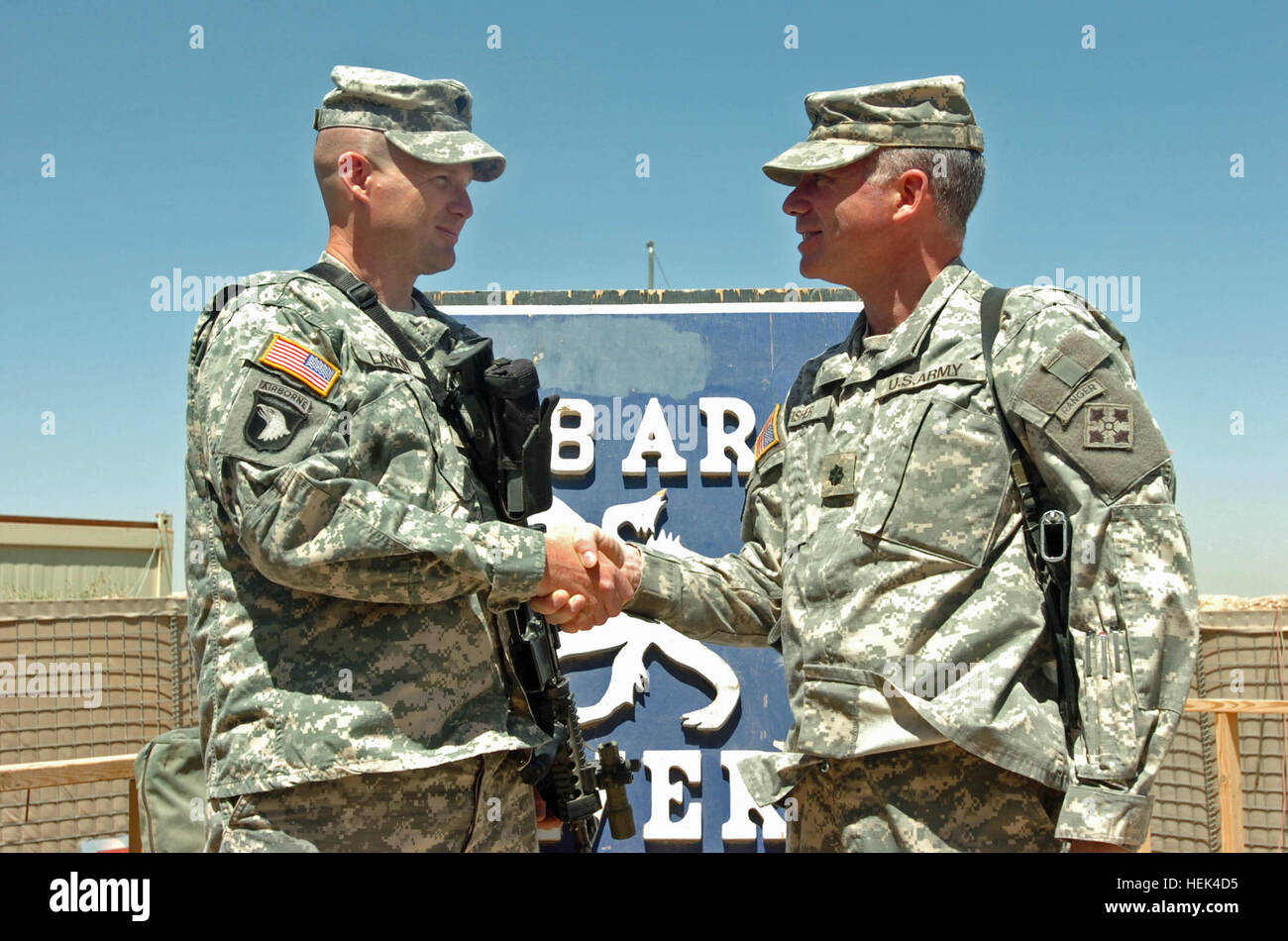 BAQUABAH, Iraq (May 29, 2006) -- Spc. John Larkin (left) receives a unit coin and congratulations from Lt. Col. - Stock Image