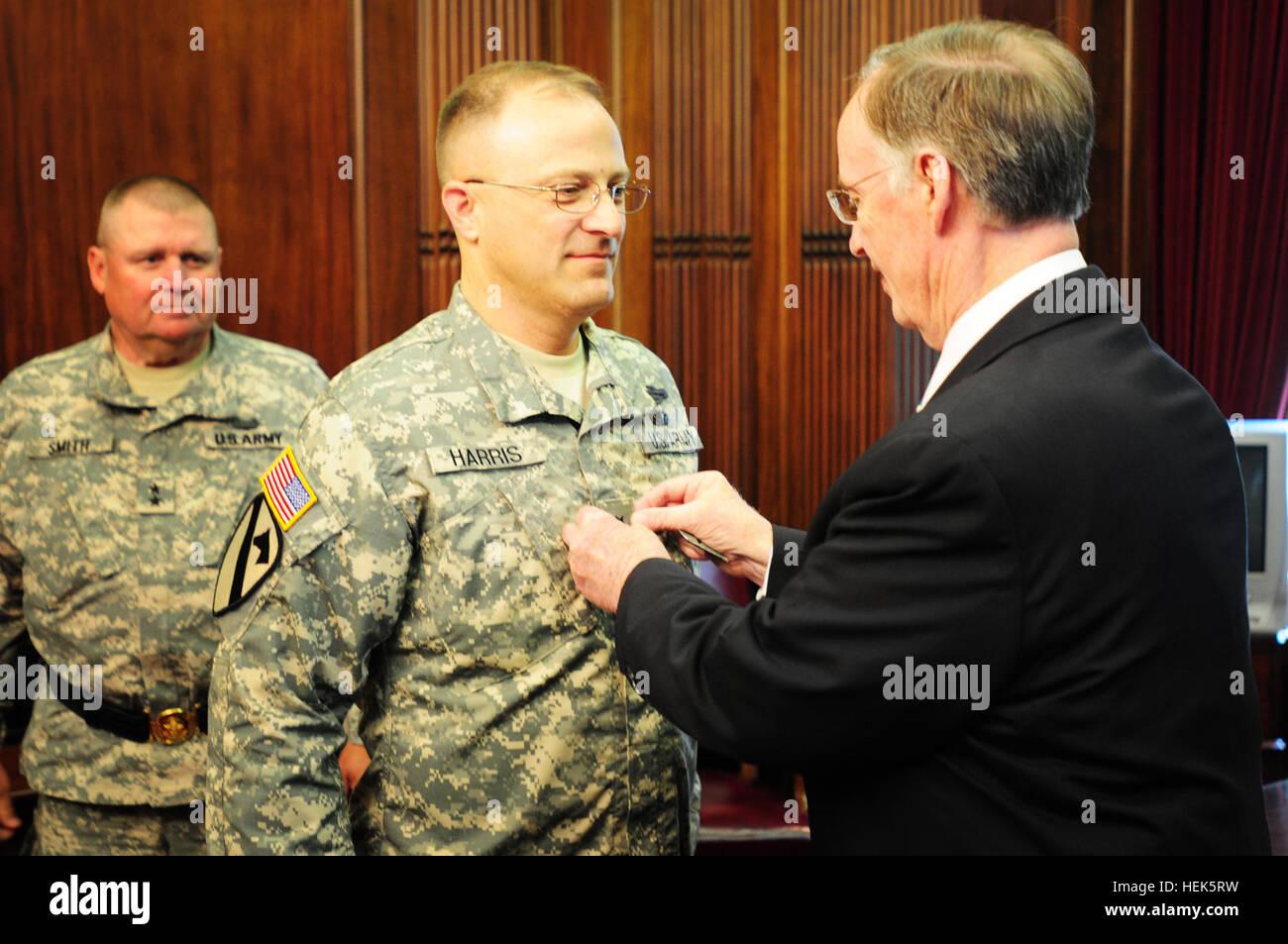 Alabama Gov. Robert Bentley promotes Alabama Army National Guard Col. Brian C. Harris to Brig. Gen. in a ceremony - Stock Image