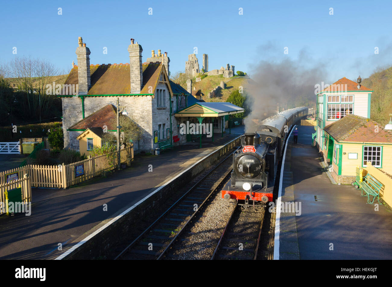 Corfe Castle, Dorset, UK.  22th December 2016.  The Swanage Railway Santa Special passing through Corfe Castle Station - Stock Image