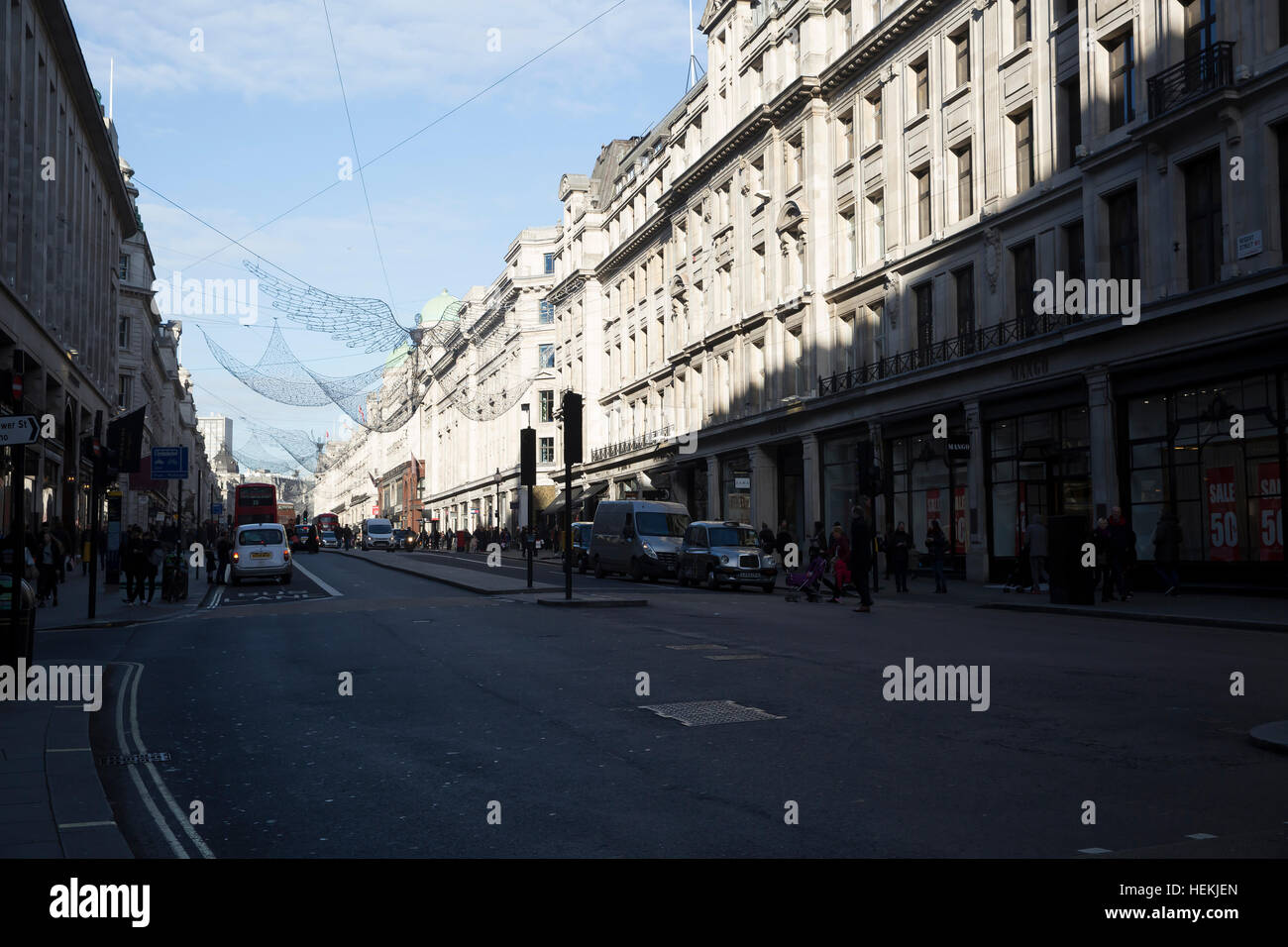 London, UK. 22nd Dec, 2016. Blue skies over Regent Street in London © Keith Larby/Alamy Live News - Stock Image