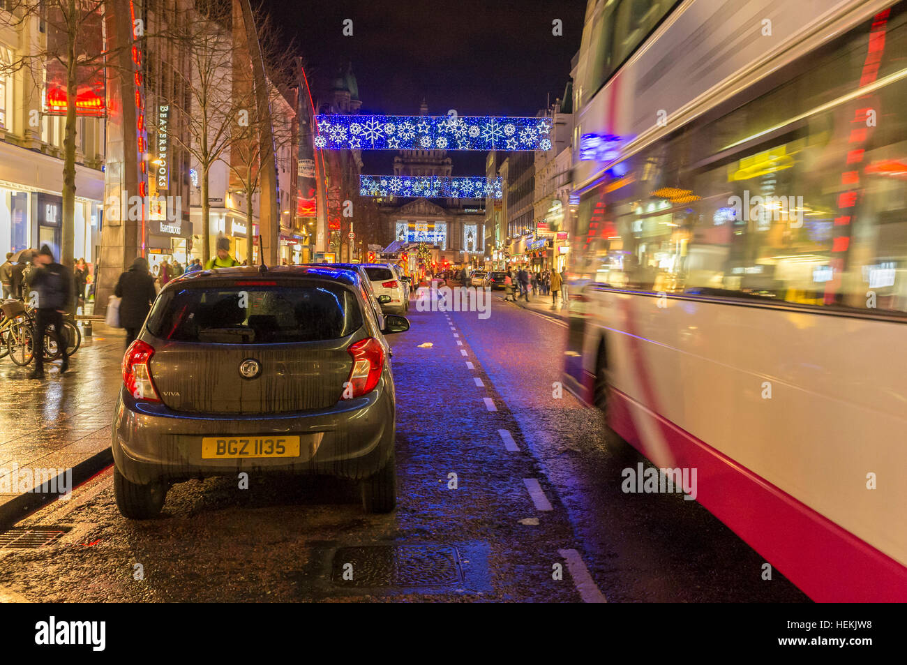 Belfast, Northern Ireland, UK, 22nd December 2016. With just three days to the holiday Christmas shoppers look for - Stock Image