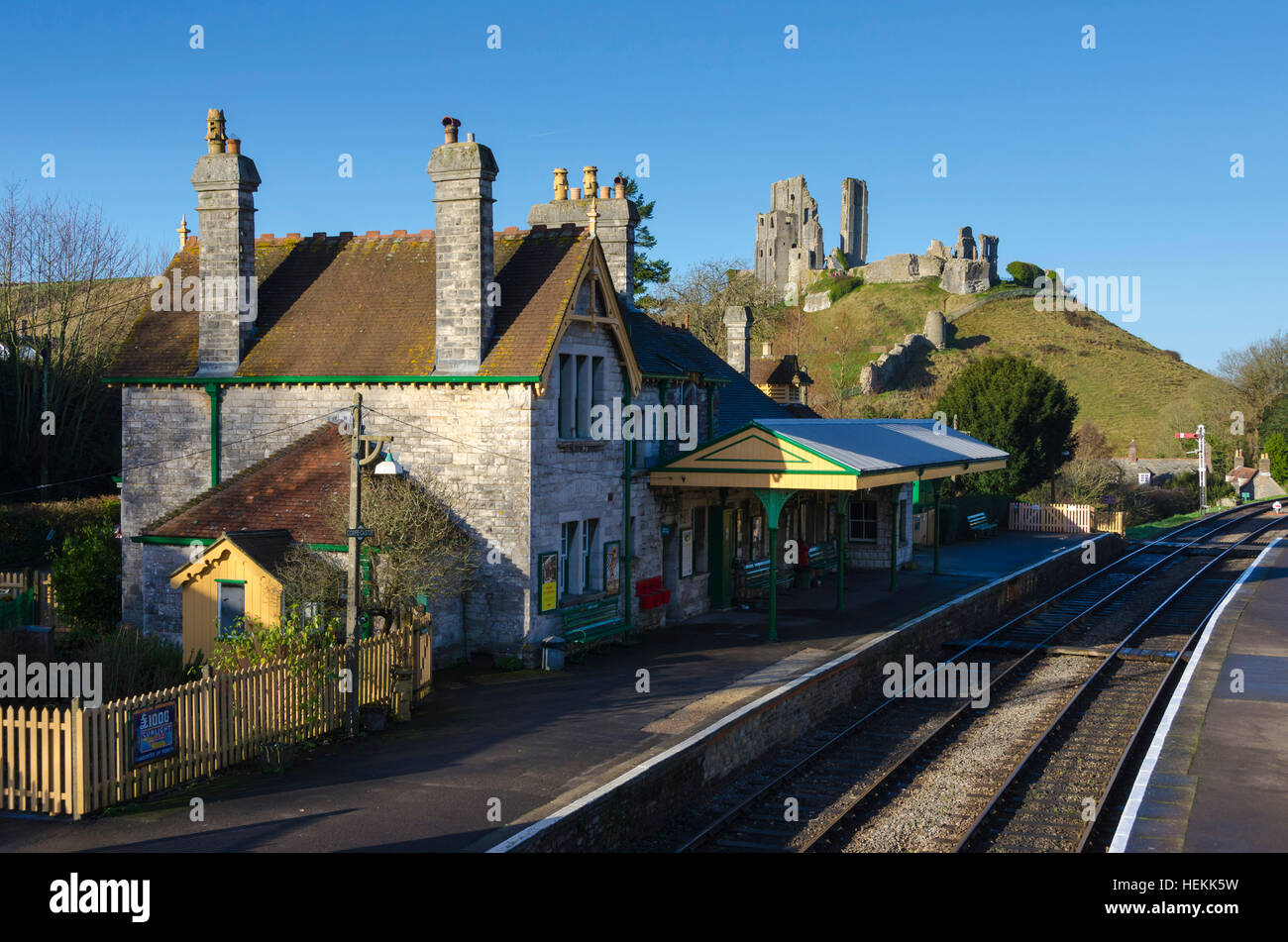 Corfe Castle, Dorset, UK.  22nd December 2016.  UK Weather.  Corfe Castle station in Dorset on the restored Swanage - Stock Image