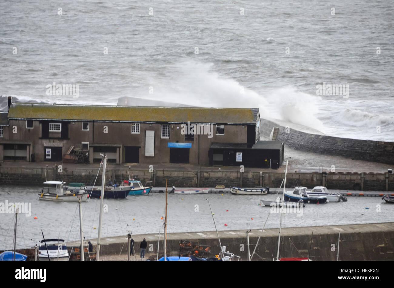 Lyme Regis, Dorset, UK. 23rd Dec, 2016. Weather. Large waves crash against the historic Cobb Harbour wall at Lyme Stock Photo