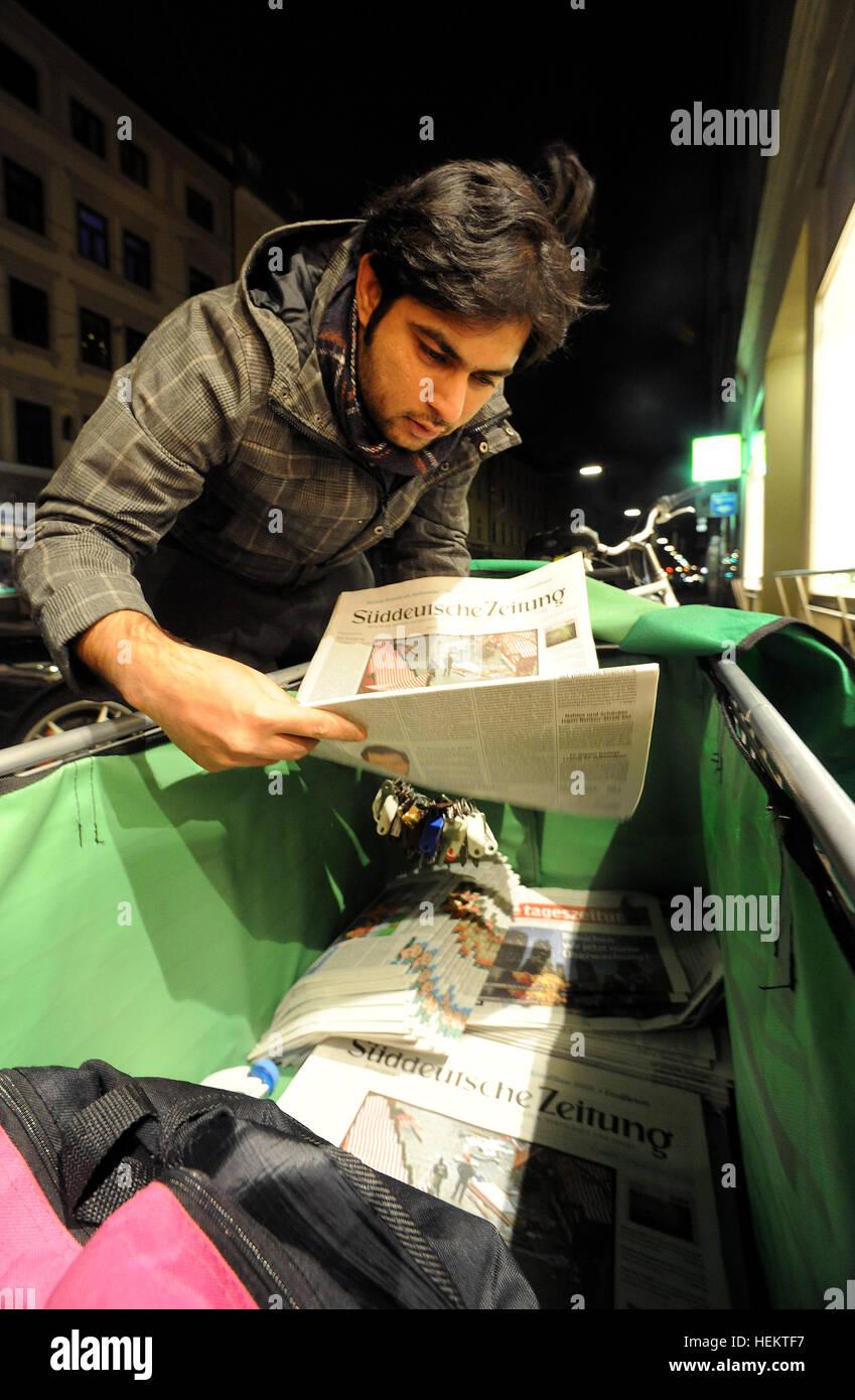 Der aus Pakistan stammende Flüchtling Usman Mohammed Naseem trägt am Morgen des 22.12.2016 Zeitungen in der Innenstadt Stock Photo