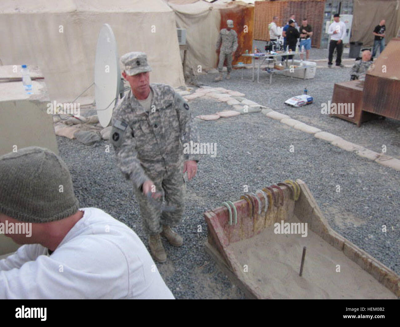 1SG Danny Orand from of C Battery, 1-125 FA, throws horseshoes while waiting dinner at Camp Arifjan.  C BTRY celebrated - Stock Image