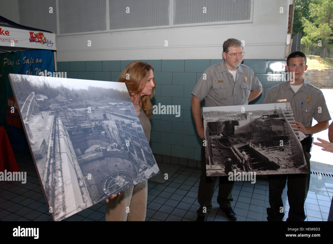 U.S. Army Corps of Engineers Nashville District Cheatham Lake personnel hold historical photos for a tour group - Stock Image