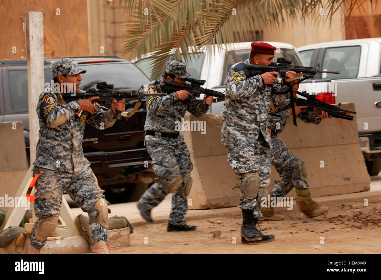 Policemen with the Iraqi Federal Police Explosive Ordnance Disposal Directorates react to 'enemy contact' - Stock Image