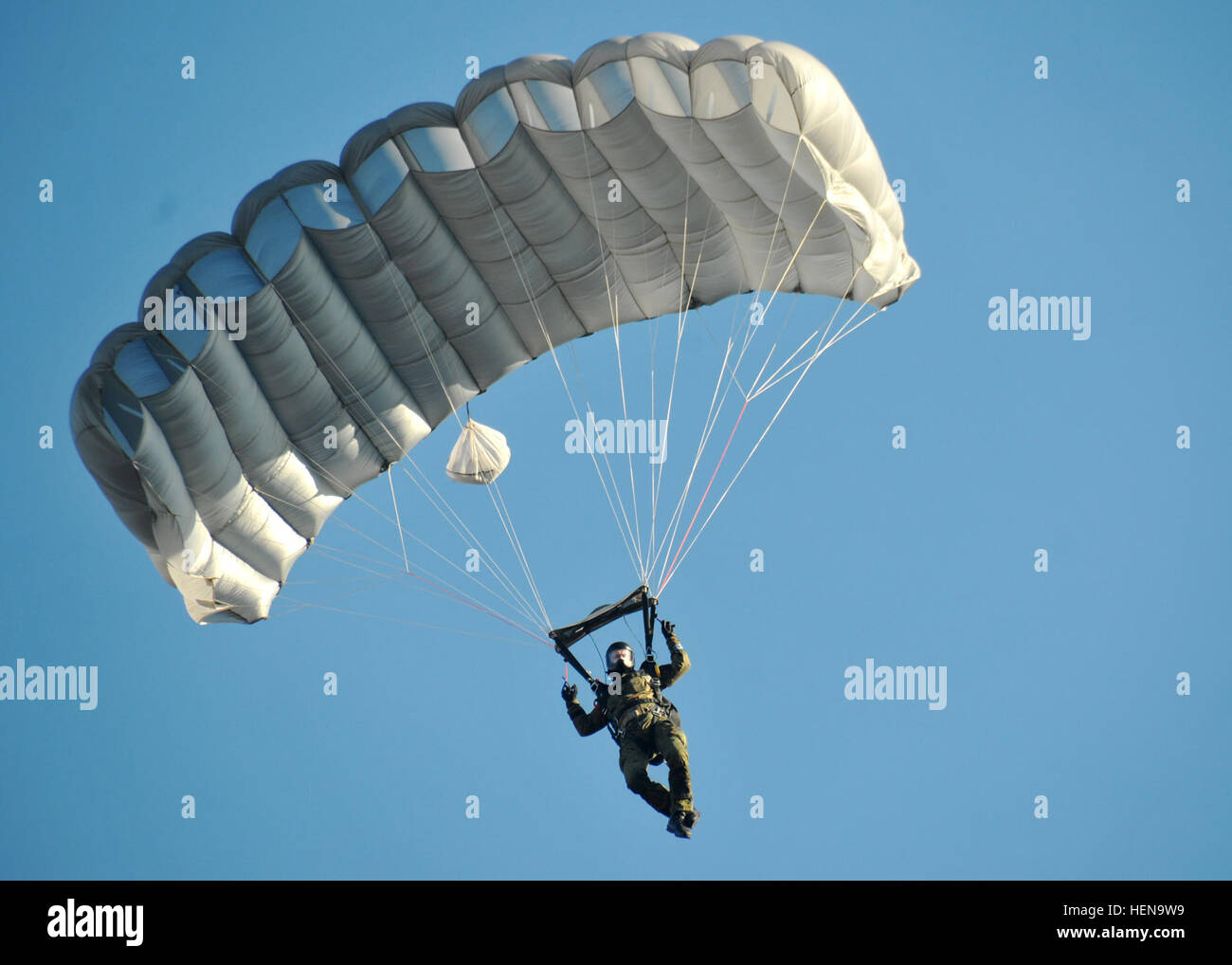 A German paratrooper conducts a high altitude, low opening jump over the Alzey Drop Zone near Kaiserslautern Dec. - Stock Image