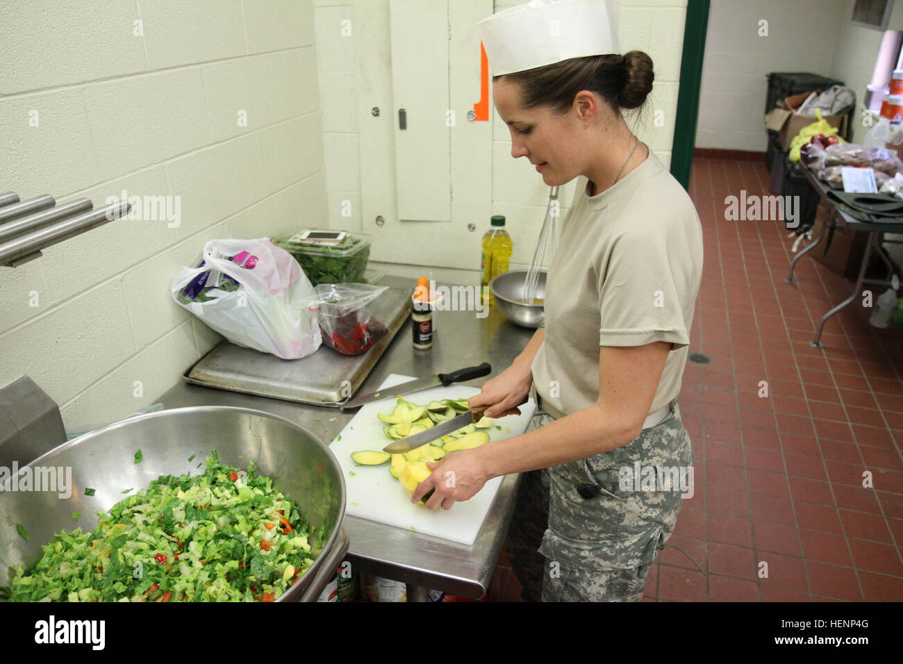 Capt. Leah Evert, nutritionist for the 48th Combat Support Hospital based at Fort Meade, Md., serves up some healthy - Stock Image