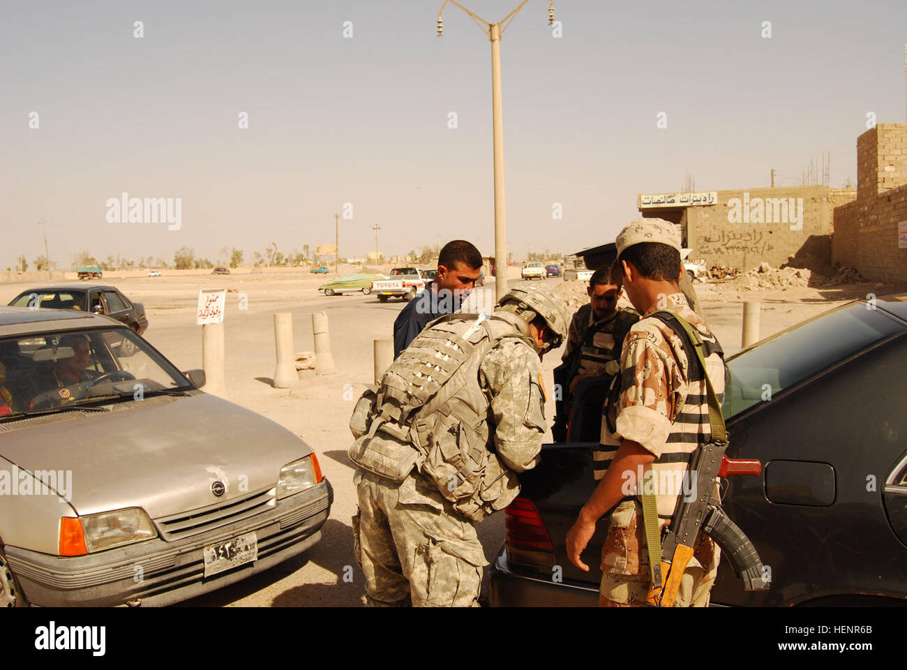 Sgt Eugenio Amador, a native of Miami, works alongside soldiers from the Iraqi army and local Sons of Iraq (Abna - Stock Image