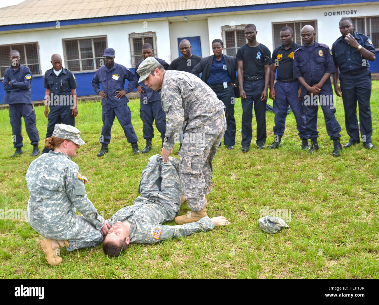 From left, Spc. Addison Amaral, a Gainesville, Fla., native and a combat medical specialist, demonstrates how to - Stock Image