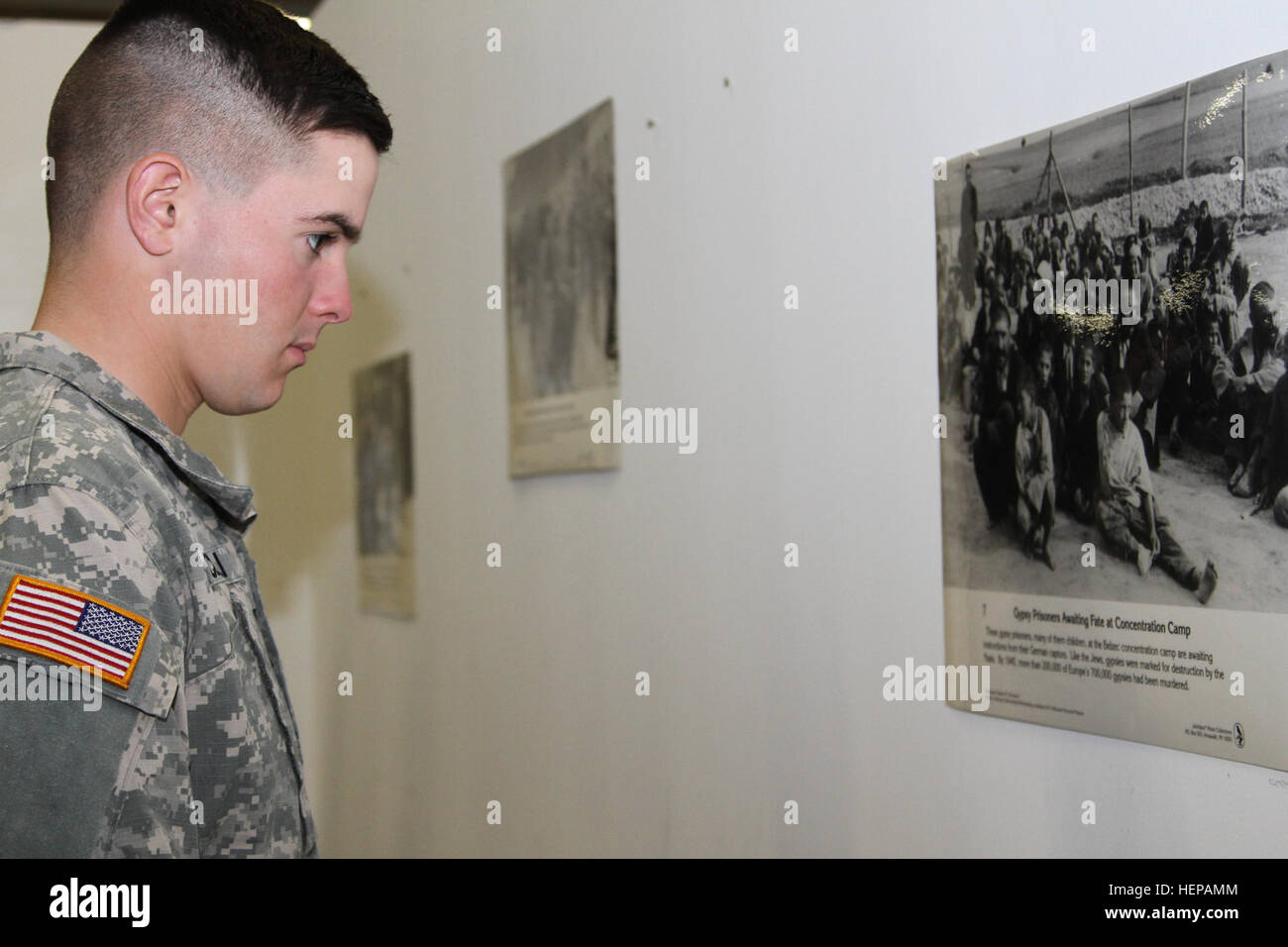 Pvt. Nicholas Incelli, a 5th Battalion 7th Air Defense Artillery Regiment Soldier observes a picture of Gypsy prisoners - Stock Image