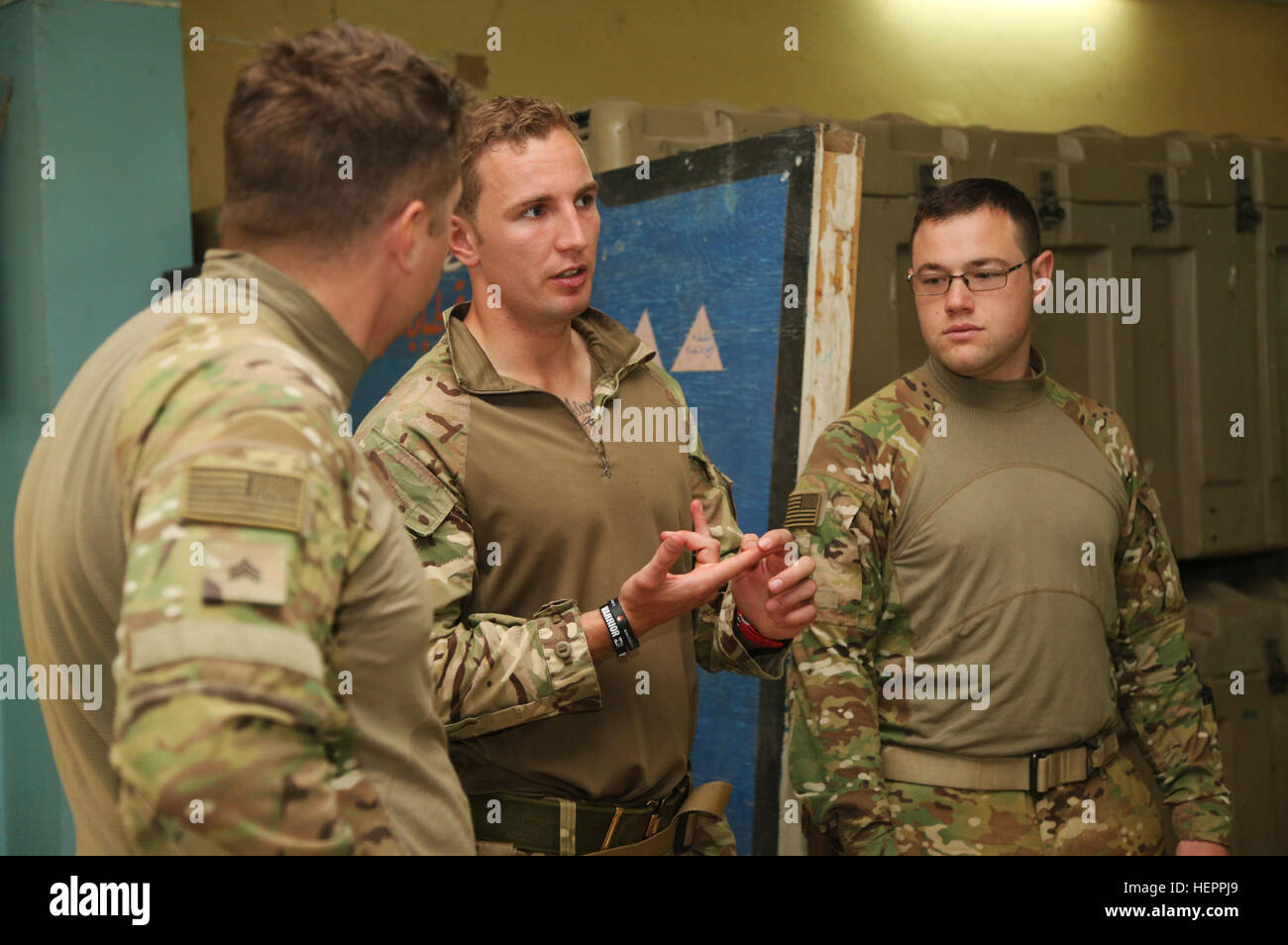 A British soldier, assigned to the Royal Army Medical Corps, informs U.S. Army medics with Company F, 2nd Battalion, - Stock Image