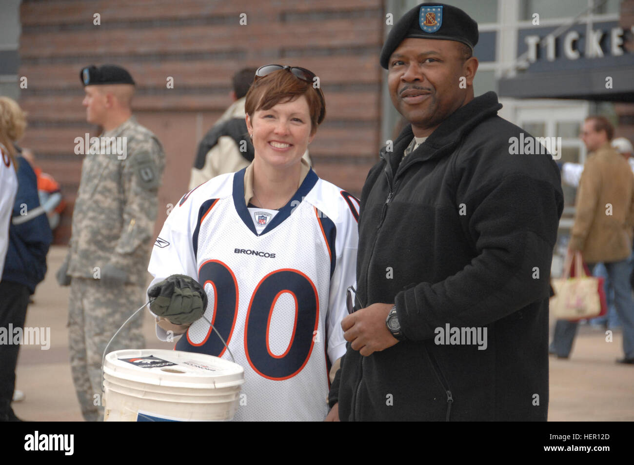 DENVER - Staff Sgt. Larry Winters of the Colorado Army National Guard and Ande Comeau, a volunteer for the Broncos' - Stock Image