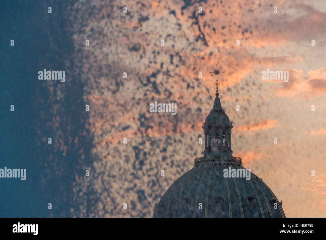Looking through the fountain at the Amalienborg to the Marble Church at sunset in Copenhagen - Stock Image