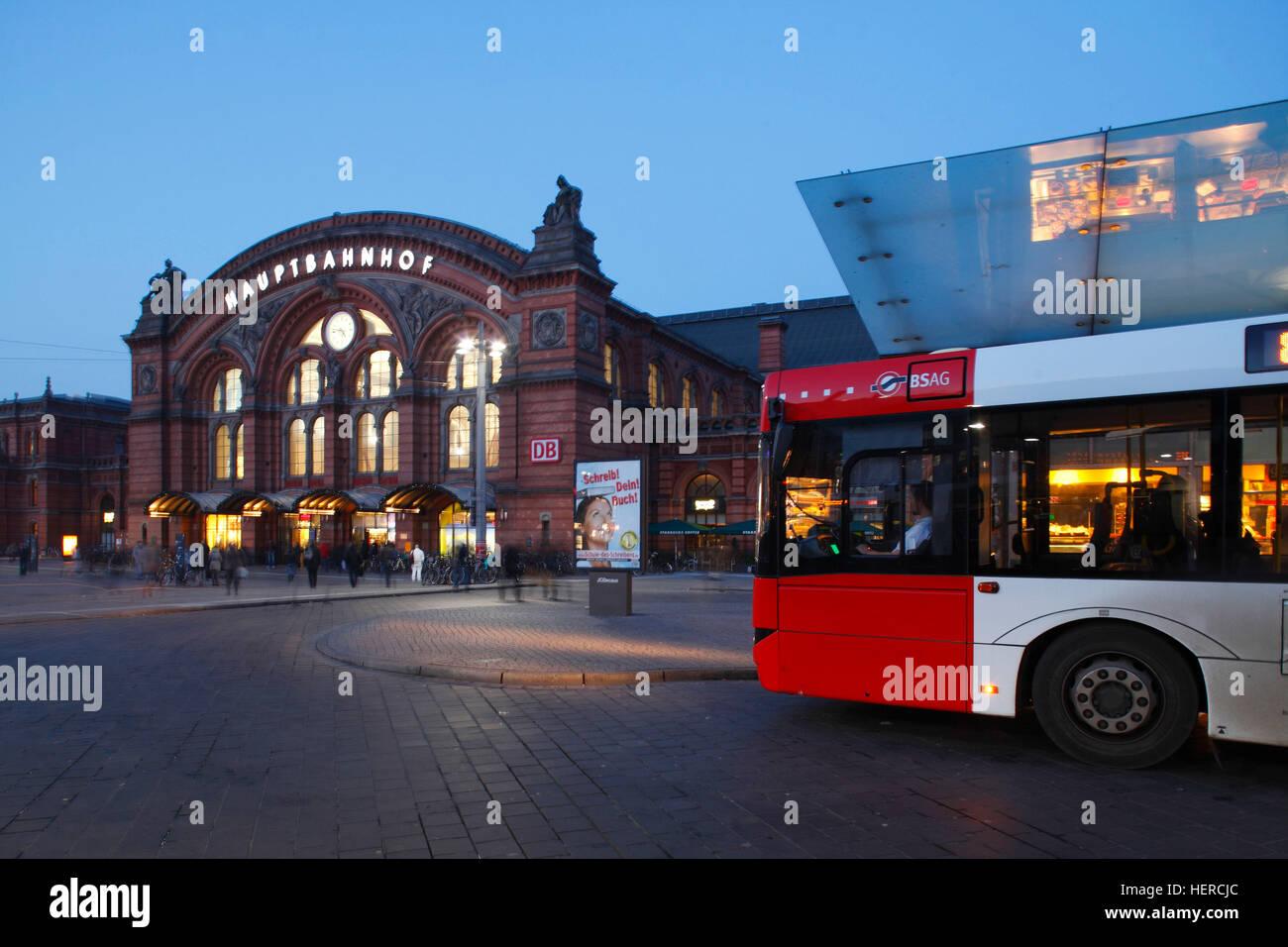 Autobus mit Hauptbahnhof am Bahnhofsplatz bei Abenddämmerung, Bremen, Deutschland, Europa Stock Photo