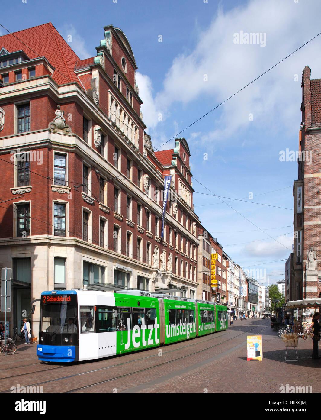 Straßenbahn mit Bank- und Kaufhaus Obernstraße 2-12 in der Einkaufsstraße Obernstraße, Bremen, Deutschland, Europa Stock Photo